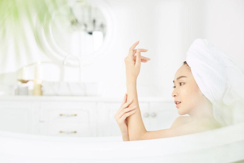 入浴する女性、インバスケアでボディケア